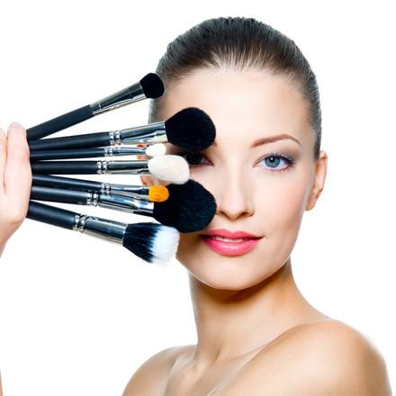 Un miglioramento della tua immagine per un makeup da eseguire da sola per un trucco perfetto.</p> <p>1 lezione da due ore: 80,00€ +iva</p> <p>Durante questo mini-corso, anche la persona meno portata a truccarsi, acquisirà le tecniche e le conoscenze adatte a valorizzare il suo volto, per ogni occasione: giorno, sera, cerimonia..<br /> Vi sarà consegnata una scheda trucco in cui ritroverete l